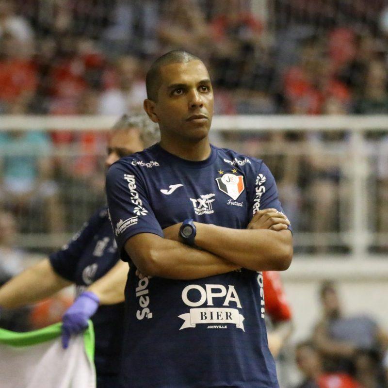 Daniel Jr. vai para a segunda temporada como técnico principal do Tricolor das quadras – Foto: Arquivo/Juliano Schmidt/JEC/Krona