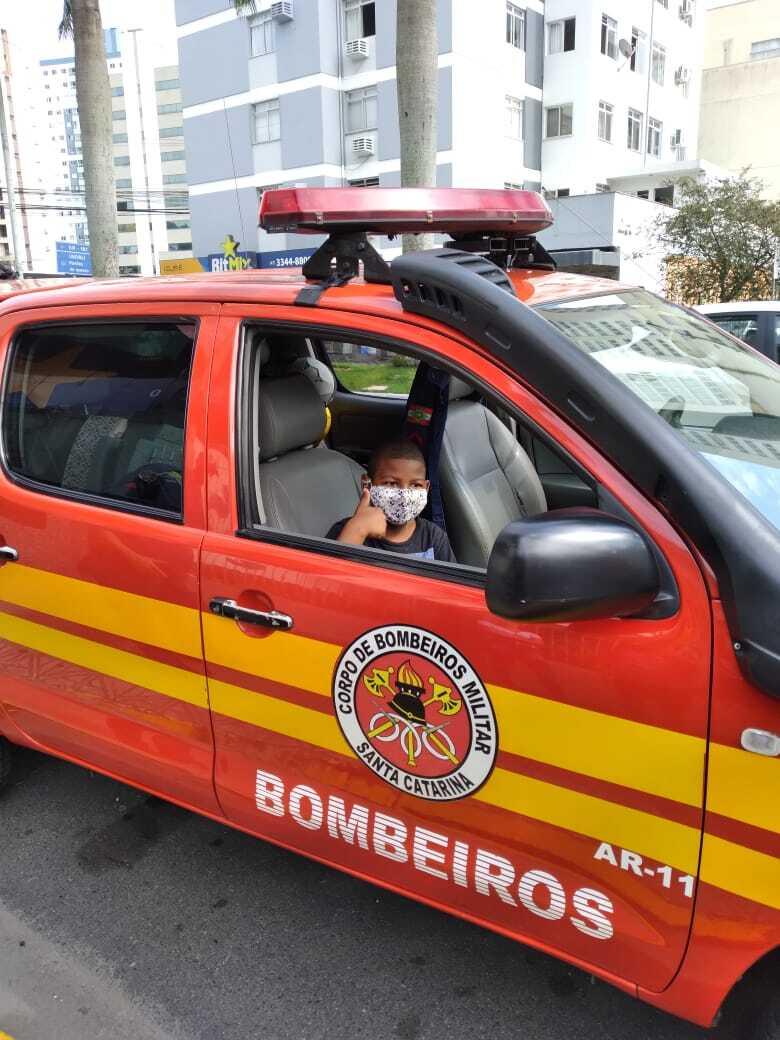 Visita do Corpo de Bombeiros foi surpresa para o estudante - Corpo de Bombeiros de Itajaí/Divulgação