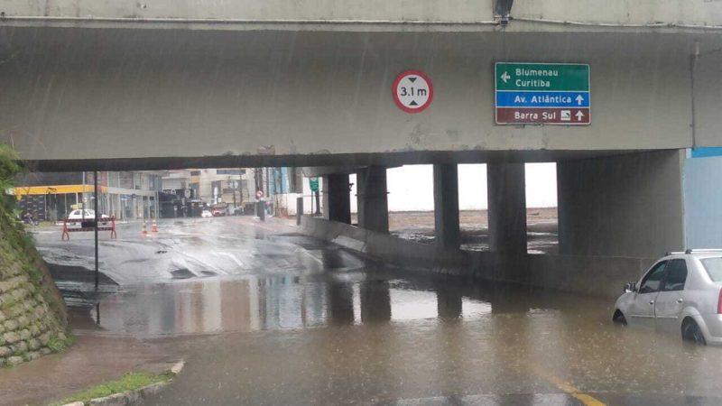 Túnel em Balneário Camboriú foi invadido pela maré alta – Foto: Secom BC/Divulgação