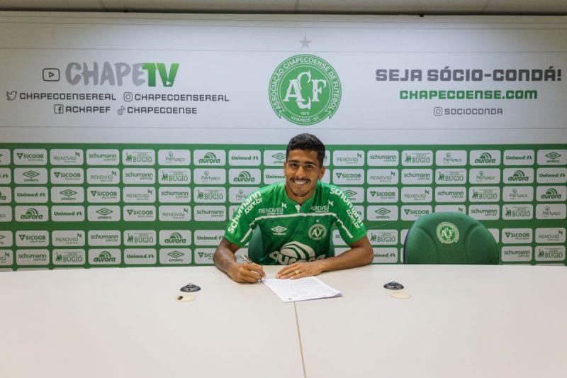 Kaio Nunes assina contrato com a Chapecoense