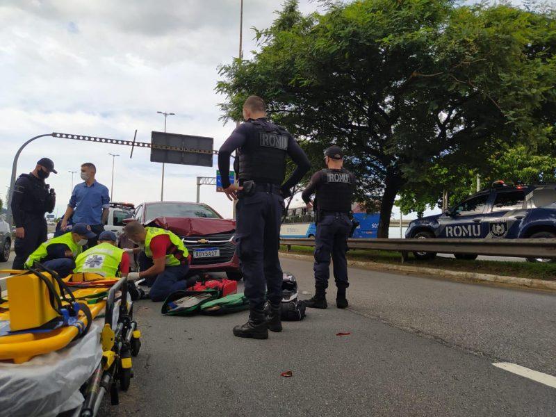 Motociclista tentou desviar de um cachorro e acabou sendo atingido por um veículo
