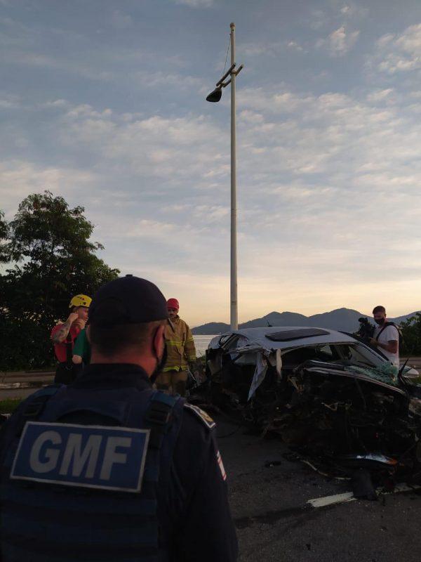 O motor e outras partes do veículo, ainda quentes, começaram a ser removidas da via pelos bombeiros por volta das 6h20 – Foto: GMF/Divulgação/ND