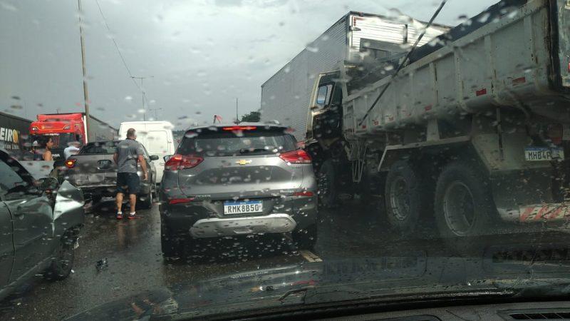 Oito veículos bateram na BR-101, em Joinville – Foto: Redes sociais/ND