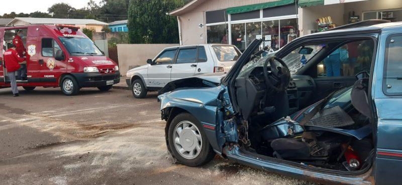 Motorista do Escort ficou preso nas ferragens do carro – Foto: Marcos Andreolla/Reprodução/ND