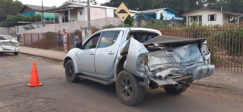 Carro atingiu a traseira da caminhonete que andou e bateu em outro veículo – Foto: Marcos Andreolla/Reprodução/ND