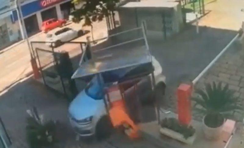 Motorista perde controle da direção e destrói estacionamento de catedral em Rio do Sul – Foto: Reprodução/Redes Sociais