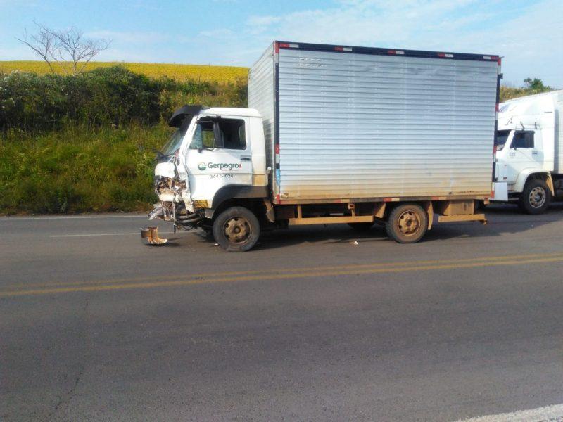 A batida, que aconteceu próximo ao Rio Marombas, envolveu um caminhão de Concórdia (SC) e um Fiesta/Sedan de Bom Retiro (SC).