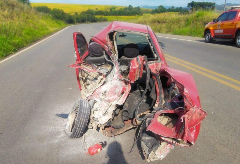 Por volta das 8h30 desta sexta-feira (26), um acidente de trânsito deixou três pessoas feridas na BR-470, em Curitibanos, no Meio-Oeste de Santa Catarina. O automóvel ficou destruído com a batida.