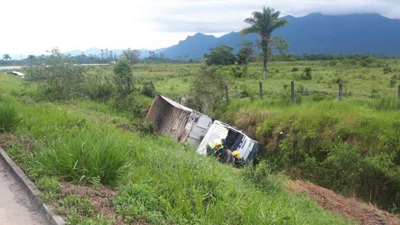 Com o impacto, os dois veículos saíram da pista – Foto: Redes sociais