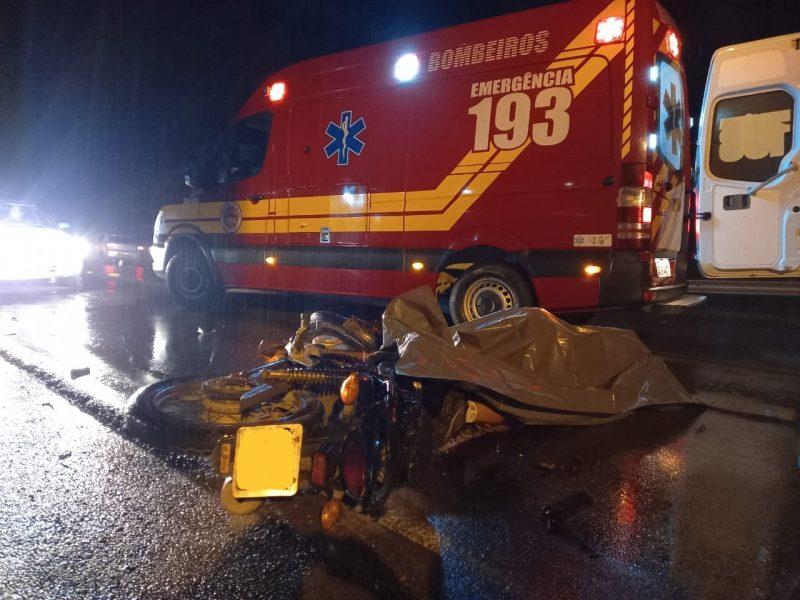 Motociclista morreu em acidente envolvendo caminhão em Rio Negrinho – Foto: 9BBM/Divulgação