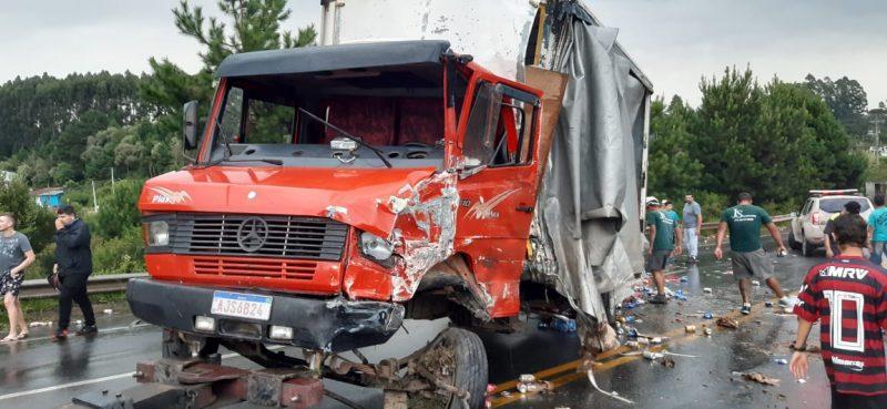 Motorista do caminhão ficou preso às ferragens e foi encaminhado ao hospital – Foto: Bombeiros Militares/Divulgação