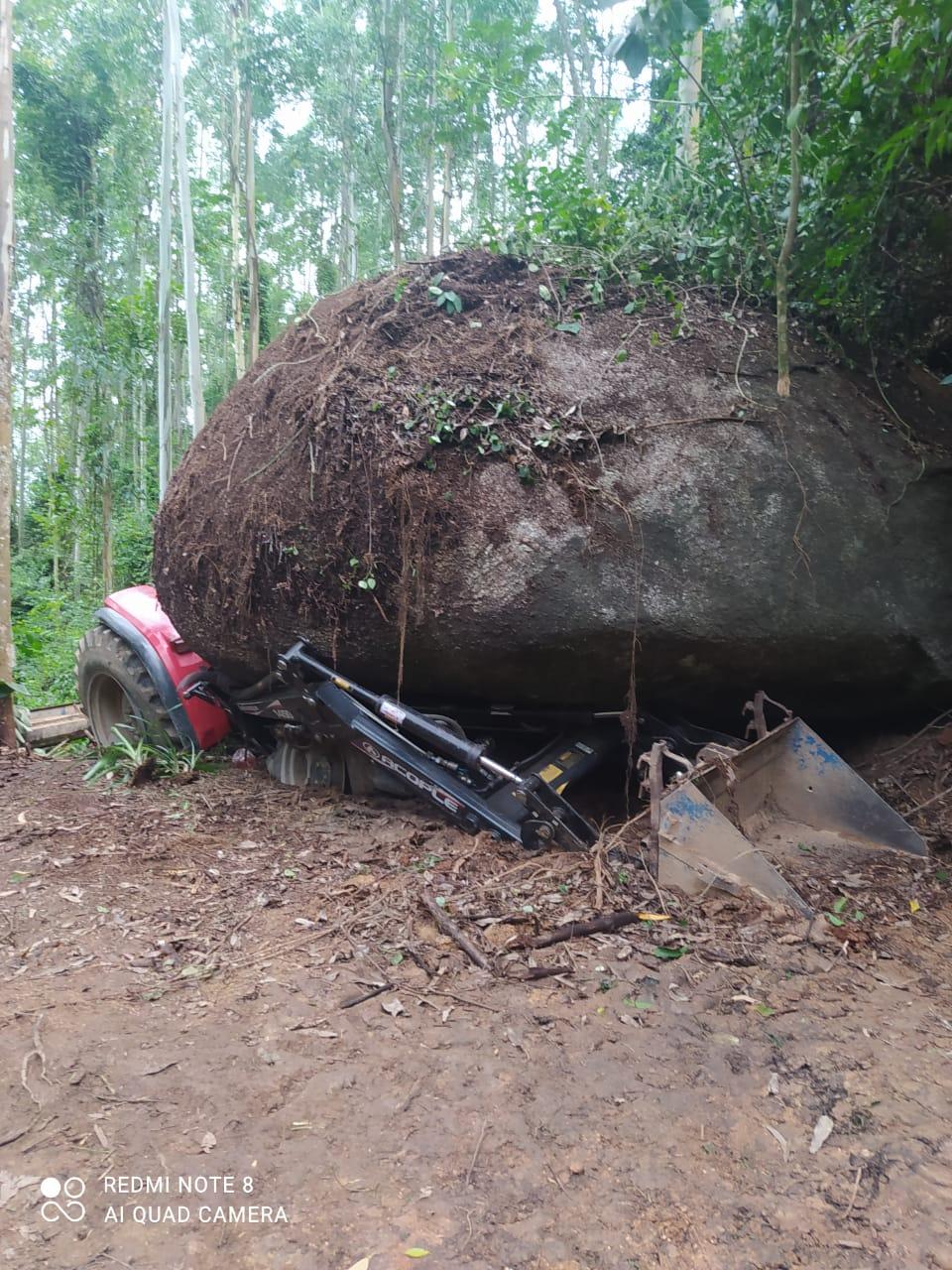 A pedra tem cerca de 100 toneladas e caiu sobre o tratorista na manhã desta terça-feira (9) - Corpo de Bombeiros/Divulgação