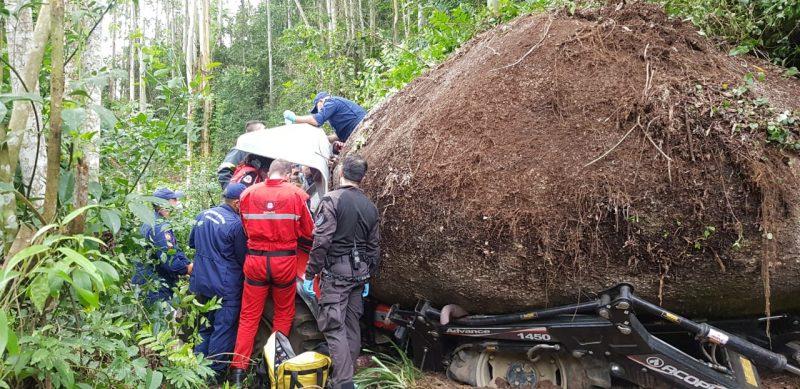 Pedra gigante cai sobre trator em Braço do Norte – Foto: Corpo de Bombeiros/Divulgação