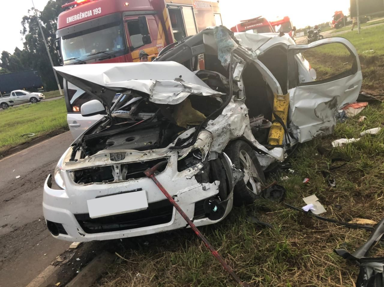 Condutora do carro ficou presa às ferragens em grave acidente - Corpo de Bombeiros Voluntários/Divulgação
