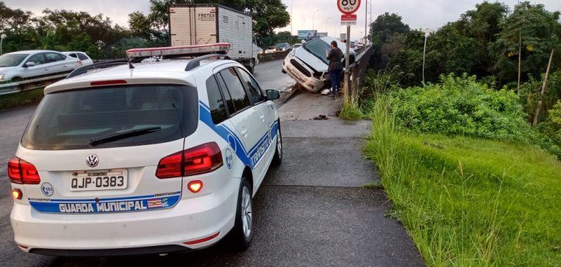 Motorista perde controle do veículo e atropela pedestre na subida da Ponte do Tamarindo – Foto: Cristiano Silva/Rádio Menina