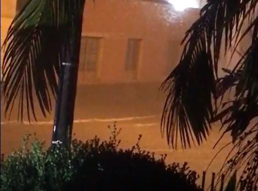 Região central da cidade foi a mais afetada com a forte chuva desta noite – Foto: Redes sociais