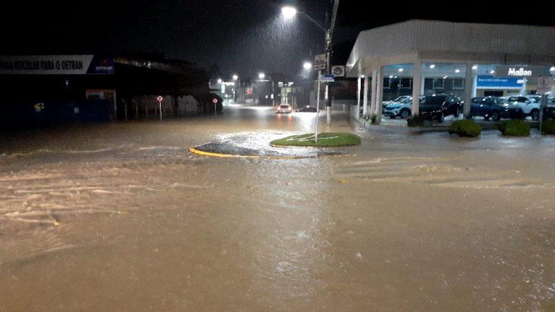 Ruas do Centro ficaram totalmente alagadas nesta terça-feira (2) – Foto: JMais