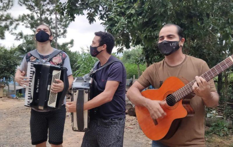 """Amigos da Jurema fazem """"bailão"""" nos ônibus como forma de protesto – Foto: Stêvão Limana/NDTV"""
