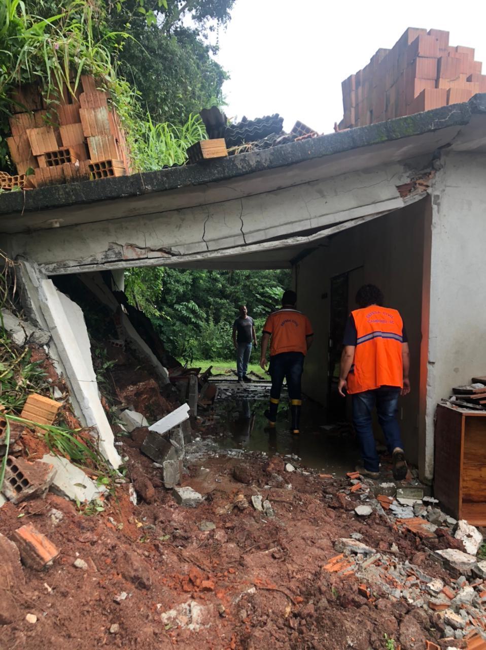Volume de terra caiu sobre garagem de casa em Camboriú, ninguém se feriu - Secom Camboriú/Divulgação