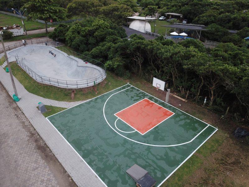 Área de lazer e esportes junto ao Projeto Tamar, na Barra da Lagoa, com a construção de pista de skate e meia quadra de basquete – Foto: PMF/Divulgação/ND