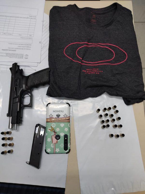 Durante ocorrência na noite desta quarta-feira (24), uma arma também foi apreendida. A suspeita é de que esteja relacionada ao tiroteio à tarde – Foto: PMSC/Divulgação/ND