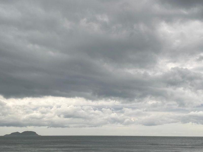 Na Praia da Armação, no Sul da Ilha, por volta das 16h50 a chuva forte teve início – Foto: Divulgação/ND