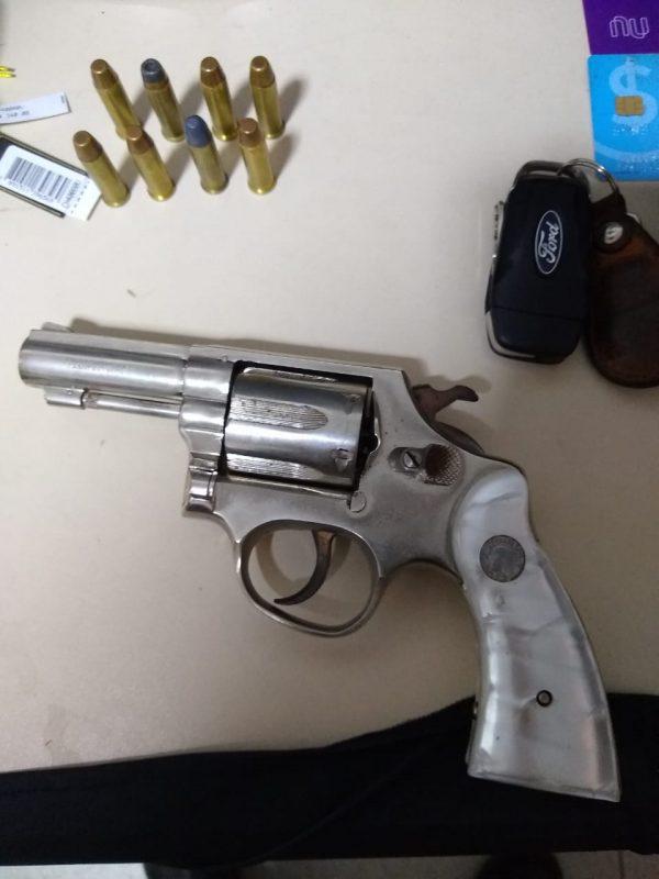 Revólver usado no assalto também foi apreendido – Foto: Polícia Militar/Divulgação