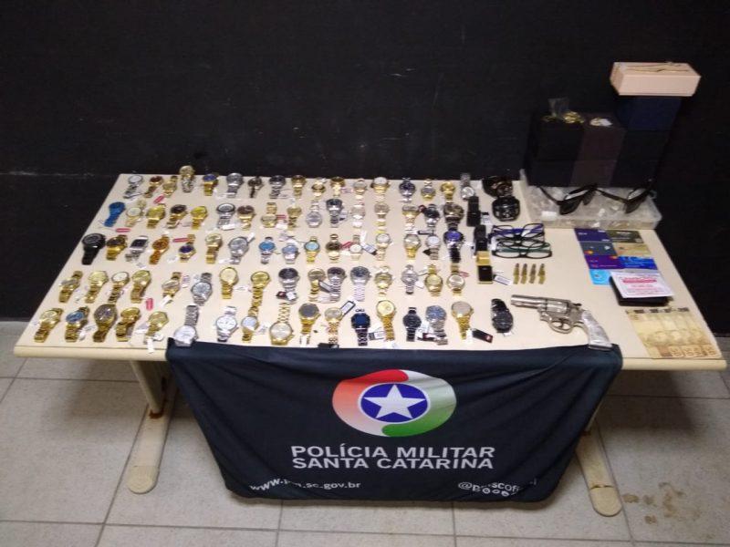 Assaltantes roubam relojoaria, mas abandonam itens roubados – Foto: Polícia Militar/Divulgação