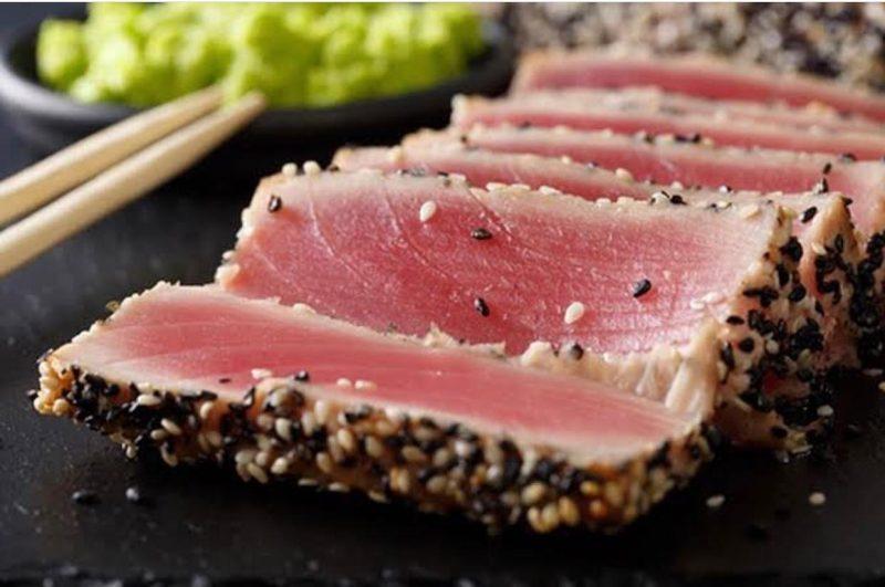 Atum selado na crosta de gergelim – Foto: atum selado