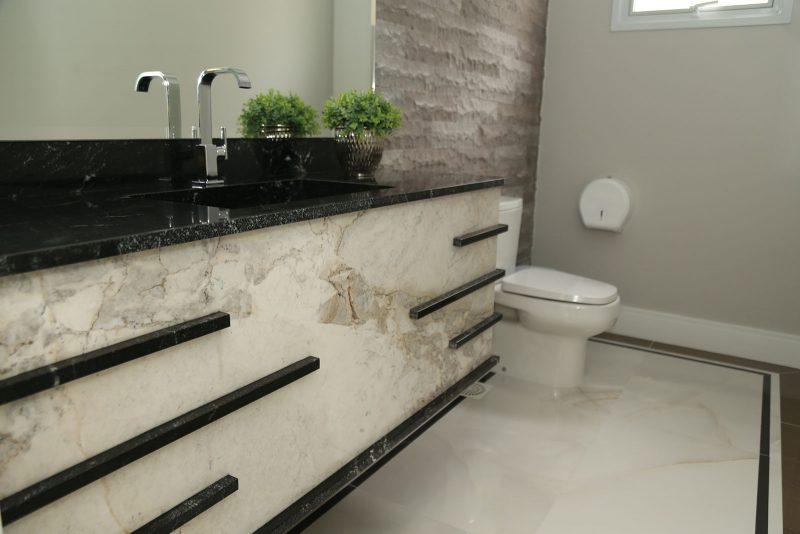 Lavabo social do condomínio Antonio Neto, com granito e mármore calacata – Foto: AM Construções/Divulgação