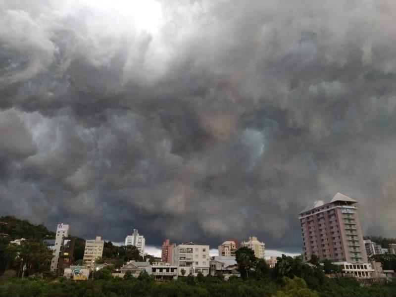 Tempestade muda a cor o céu em Blumenau – Foto: Wilson Gutz/NDTV