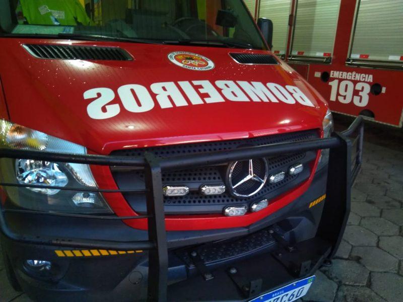 Bombeiros foram acionados para conter as chamas à casa do idoso acusado de estuprar menina de 7 anos em Palhoça – Foto: 9BBM/Divulgação