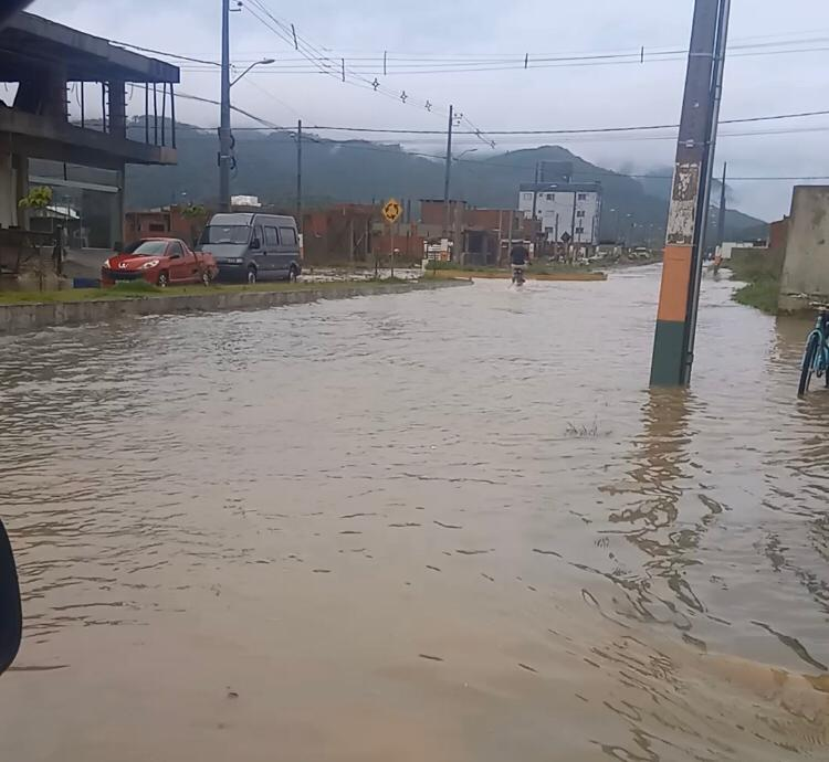 Diversos bairros ficaram com as ruas alagadas - Secom Camboriú/Divulgação