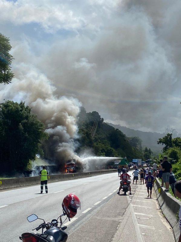 Caminhão foi tomado pelas chamas na BR-101, em Biguaçu, na manhã desta quarta-feira (31) – Foto: Divulgação/GMF