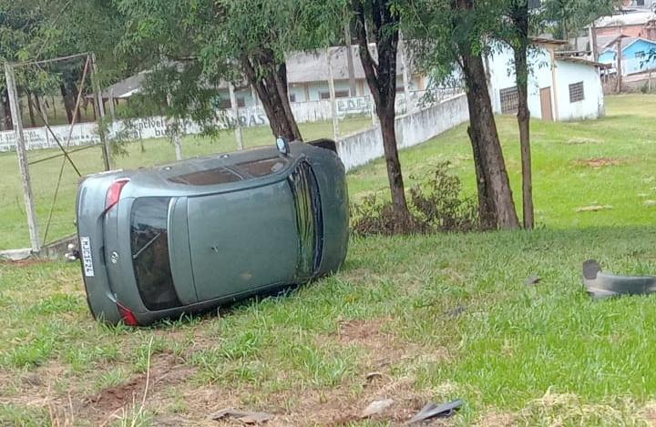 Câmera flagra capotamento de carro em SC – Foto: Reprodução/ND