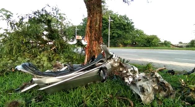 O veículo colidiu contra uma árvore e ficou completamente destruído. Todo o sistema de segurança do veículo, incluindo os airbags, acabou contribuindo para preservar a vida do condutor, segundo a GMF – Foto: GMF/Divulgação/ND