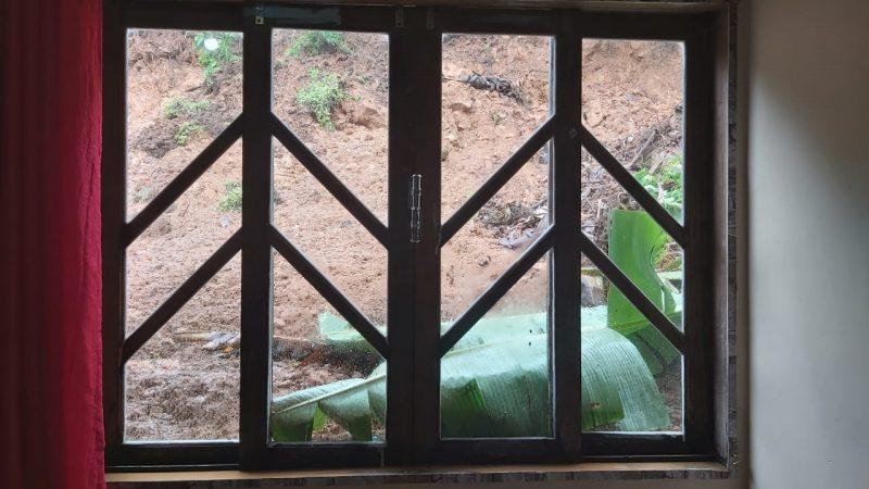 A terra do morro deslizou e quase entrou, também, pela janela do quarto do filho – Foto: Kelly Borges/NDTV
