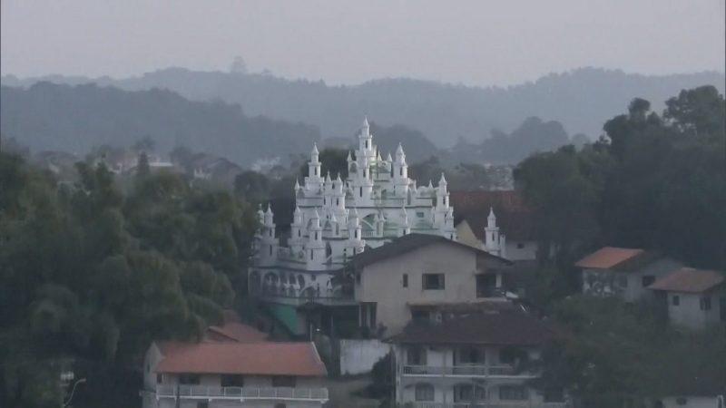 Quando começou, Leonardo Coradelli não tinha ideia definida de como ficaria o castelo. Foram mais de 20 anos de trabalho duro. Agora, o castelo de quatro andares se destaca na paisagem da zona Sul de Joinville – Foto: Reprodução TV