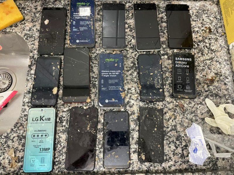 O homem portava 20 celulares