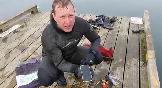 Telefone fica submerso por quase seis meses em lago e funciona no Canadá – Foto: Reprodução/Youtube