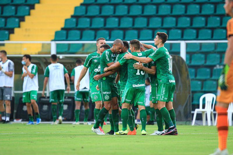 Jogadores da Chapecoense comemoram gol no Scarpelli