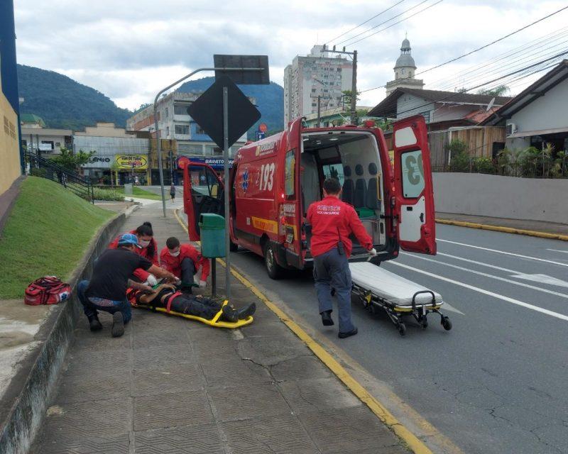 Acidente aconteceu na manhã de terça-feira (2), no Centro da cidade – Foto: choque jaraguá