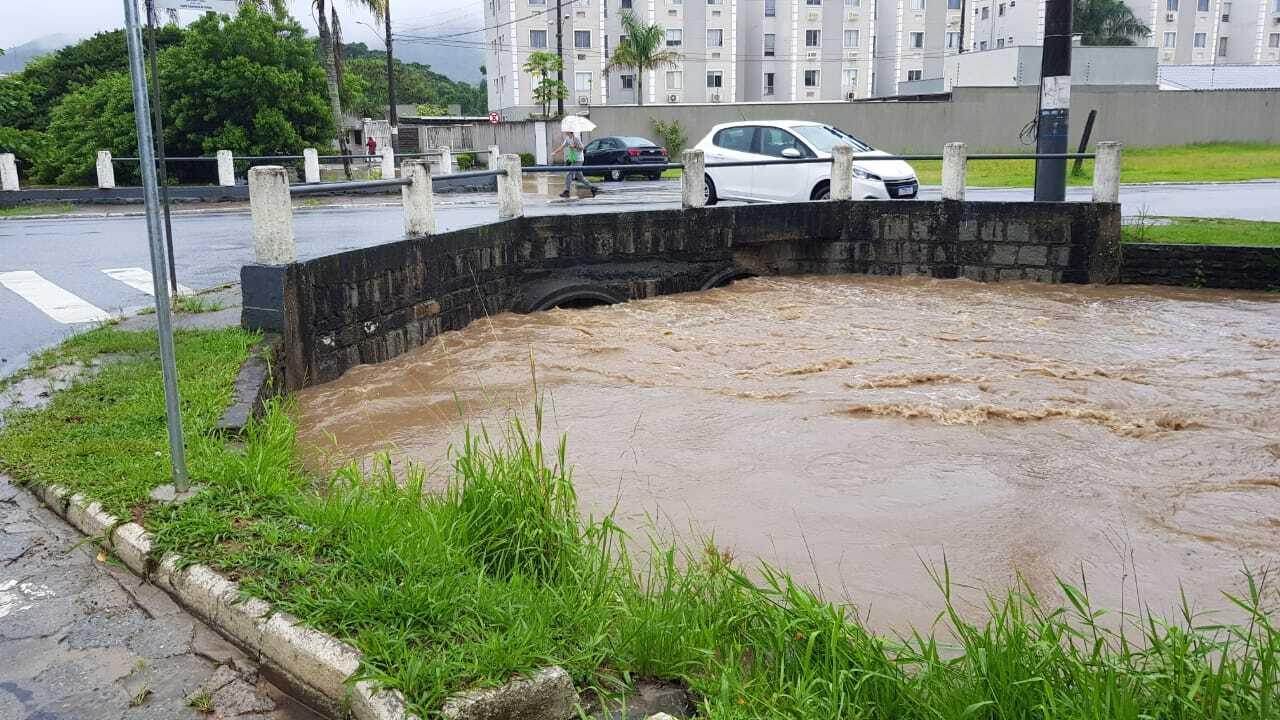 Nível do riu subiu de forma considerável por conta das chuvas deste fim de semana em Balneário Camboriú - Secom BC/Divulgação