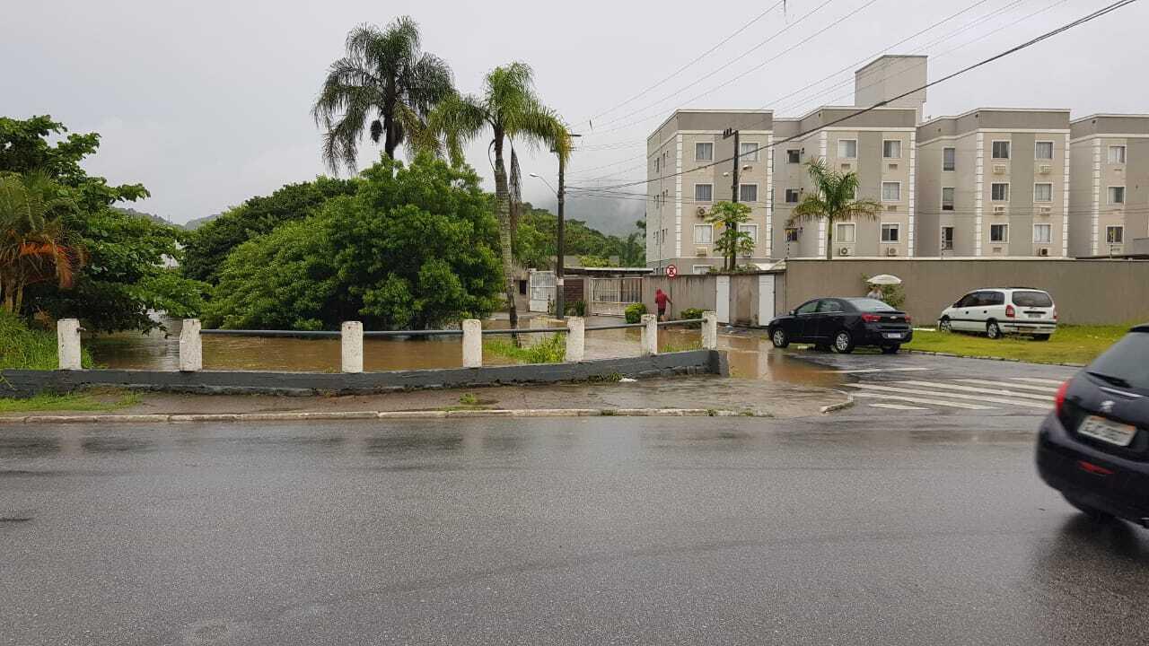 Ruas interditadas e alguns pontos de estragos por conta da chuva, na manhã desta segunda-feira (1°) em Balneário Camboriú - Secom BC/Divulgação