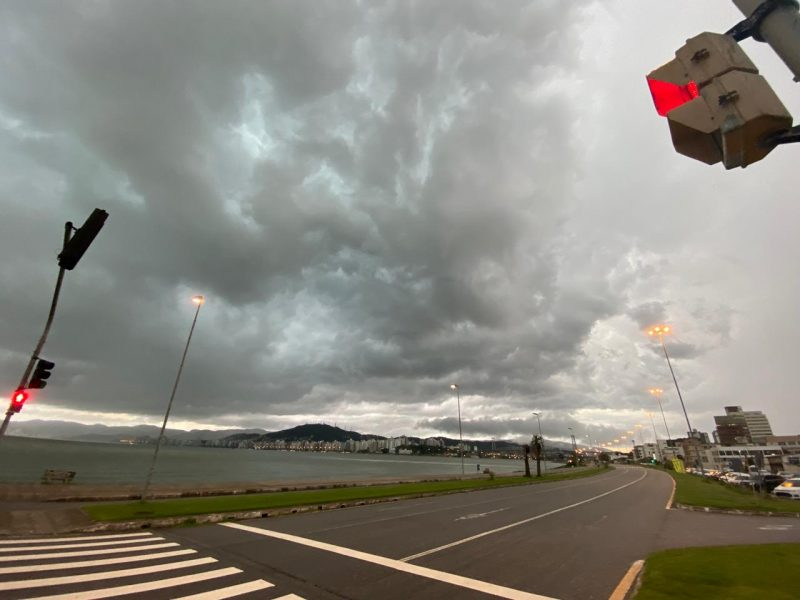 Ainda na região Continental de Florianópolis, no Estreito, o tempo fechou rapidamente – Foto: Gustavo Bruning/ND