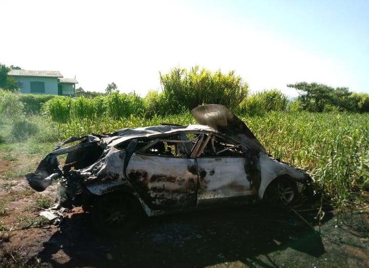 O carro ficou totalmente destruído pelo incêndio – Foto: Corpo de Bombeiros Voluntários de Arabutã/Divulgação/ND