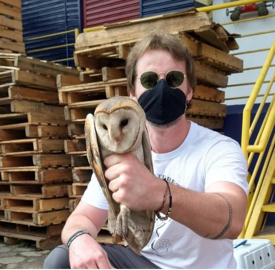 Christian Raboch com a coruja que logo em seguida foi solta à natureza – Foto: Divulgação ND