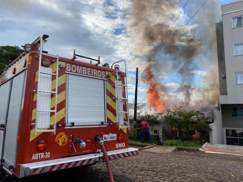 Incêndio ocorreu em uma casa mista – Foto: Cristian Lösch/Portal Peperi/Reprodução/ND