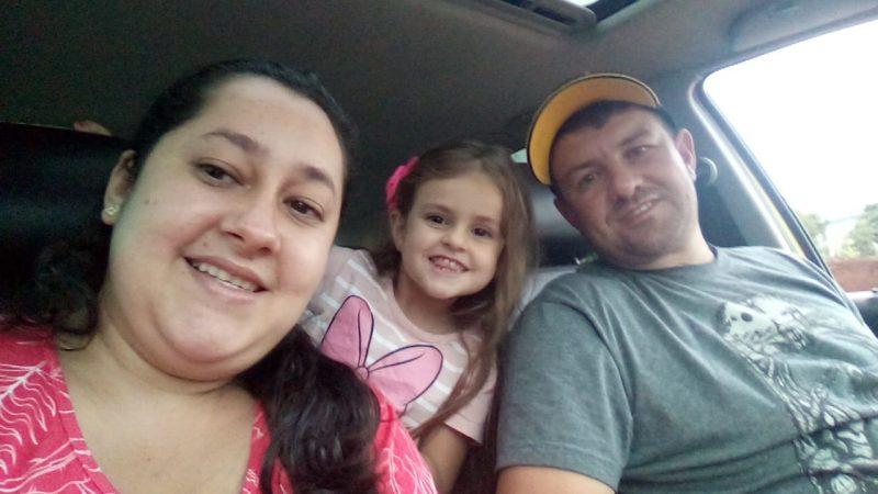 Daniel com a esposa Eliane e a filha Danieli em um passei de carro