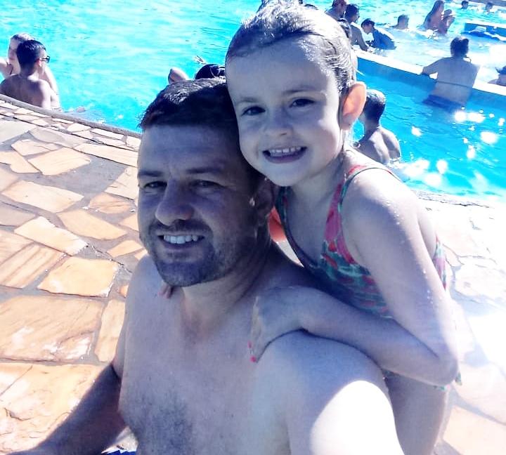 Daniel e a filha Danieli curtindo uma piscina